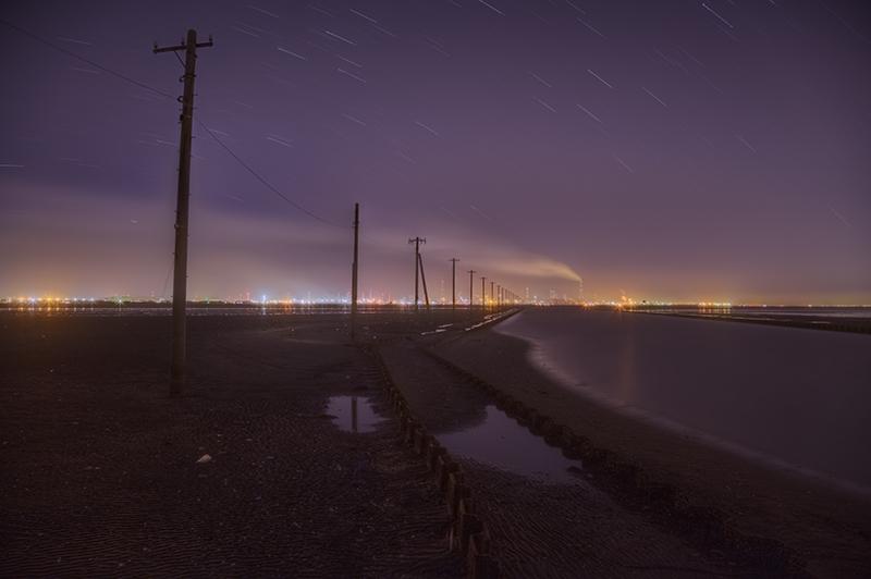 送電線と工場の見える風景nobiann