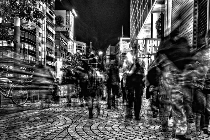 新宿のユニクロ前を通るJKw